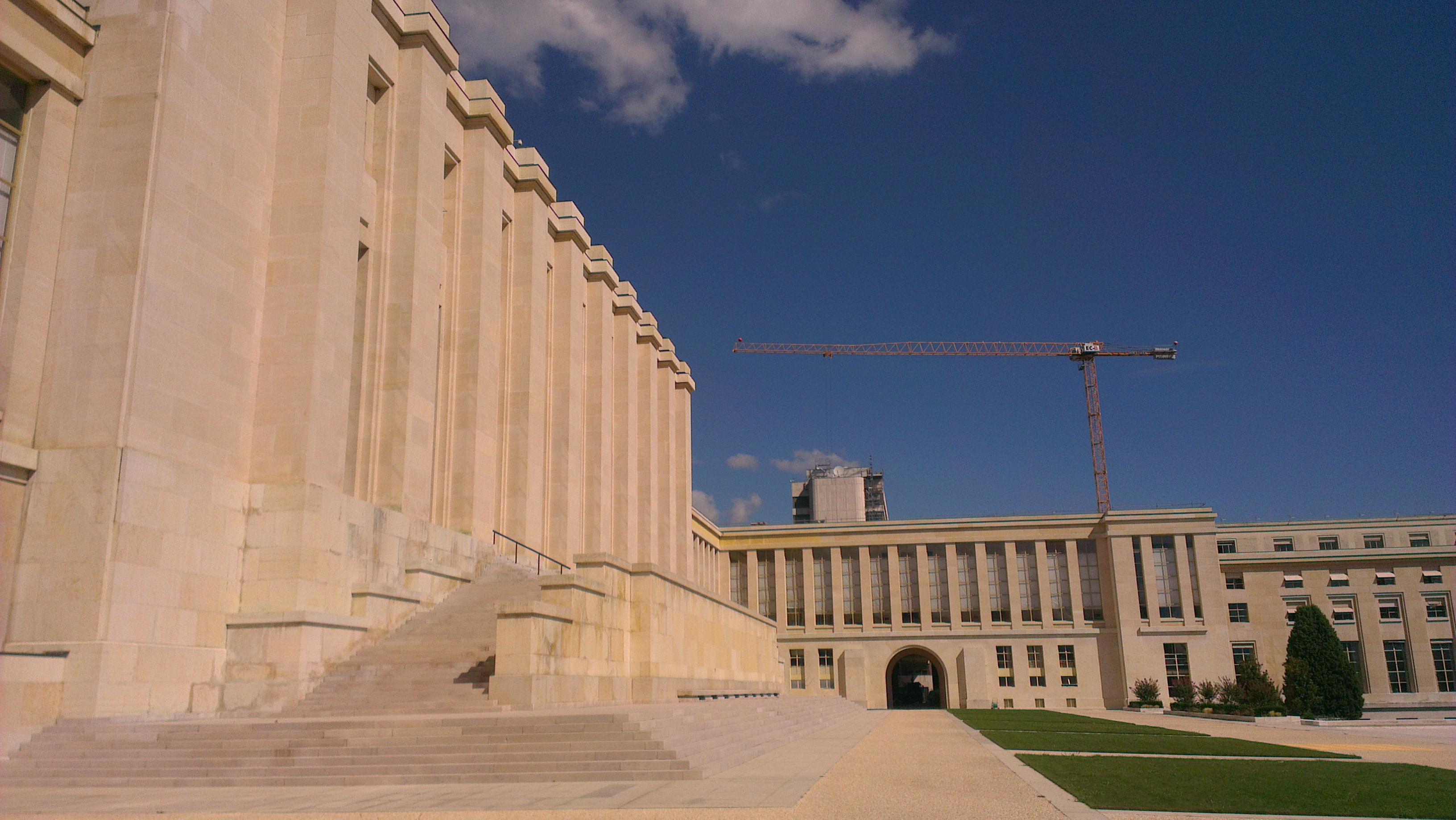 Chaque année, le quartier général genevois des Nations unies accueille environ 8 000 réunions dont près de 600 grandes conférences. Quelques secteurs du palais sont accessibles aux visiteurs qui sont au nombre d'environ 100 000 par an. Le palais abrite également des bureaux de divers organismes CNUCED, AIEA, FAO, ONUD, UNESCO UNICEF, WTO à son siège à Genève