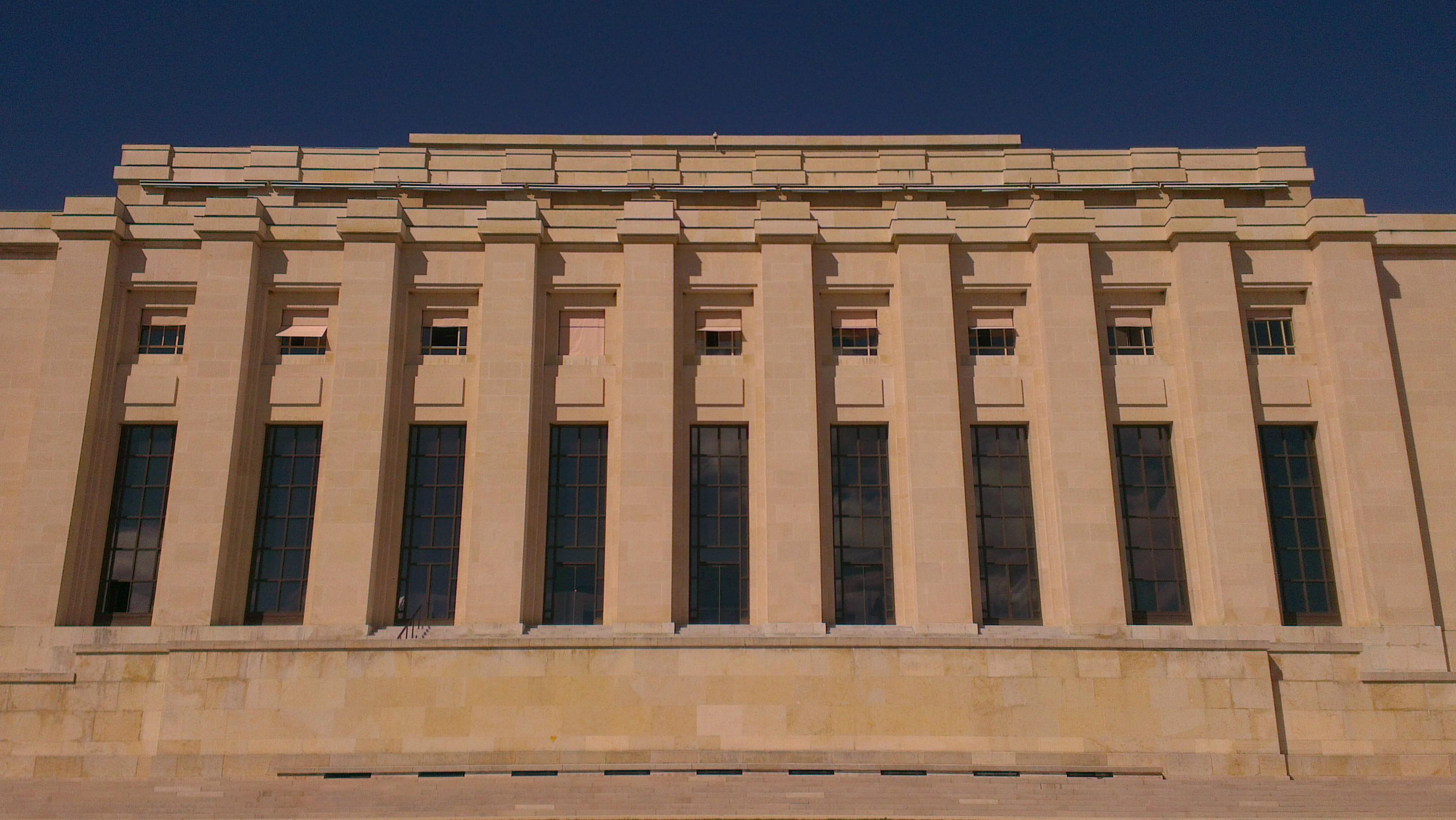 Chaque année, le quartier général genevois des Nations unies accueille environ 8 000 réunions dont près de 600 grandes conférences. Quelques secteurs du palais sont accessibles aux visiteurs qui sont au nombre d'environ 100 000 par an. Le palais abrite également des bureaux de divers organismes CNUCED, AIEA, FAO, ONUD, UNESCO UNICEF, WTO à son siège à Genève) :