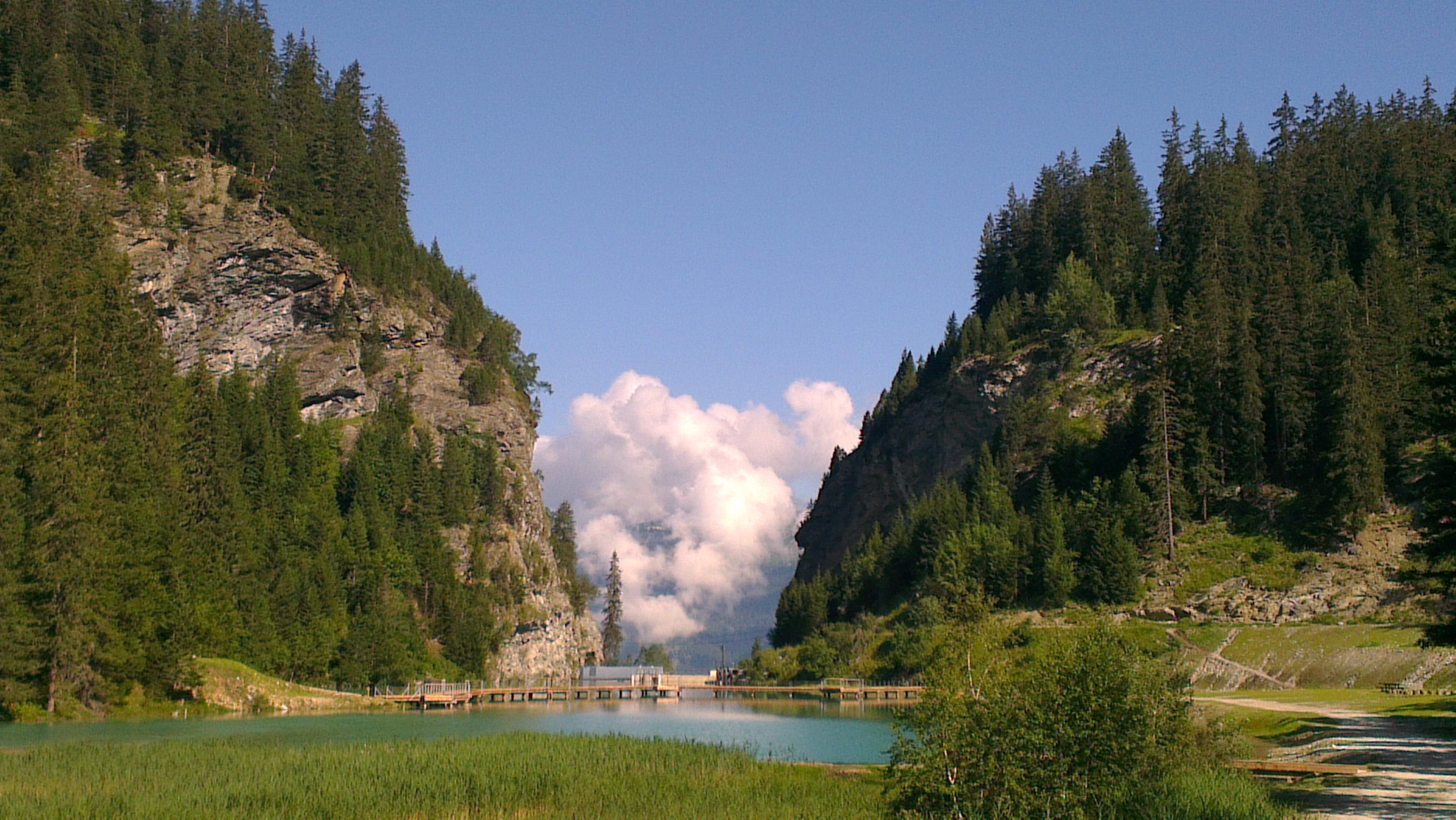 ciel bleu chemin raide et lac froid donne une hygiène de vie irréprochable pour sont corps l'oxygène les randonnées encordés à piolet pour une belle vue sur les sommets
