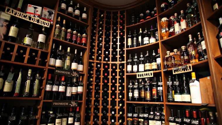 alcohol; bordeaux; degustation; la reserve; restaurant; celier;